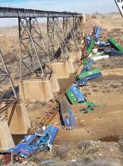 США поезд ветер сдул с моста