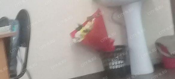 В Екатеринбурге учитель на 8 Марта выкинул букет цветов