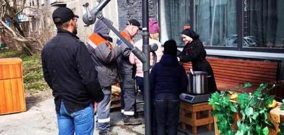 Уральский бизнесмен, раздававший просрочку, стал бесплатно готовить обеды