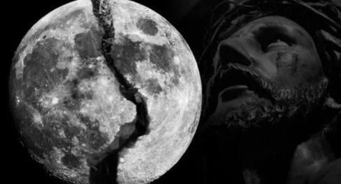 Луна скоро треснет и осколки начнут падать на голову