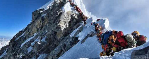 Туристы погибли в длинной очереди на вершине Эвереста