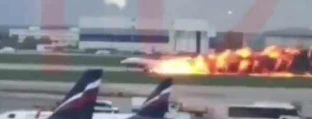 Самолет в Шереметьево: видео и фото горящего лайнера