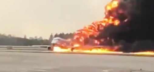 Горящий самолет в Шереметьево фото видео молния