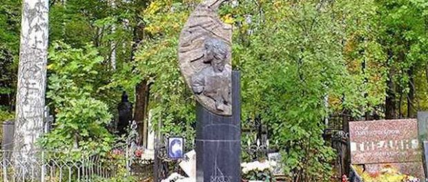 У  могилы Цоя начали пропадать телефоны