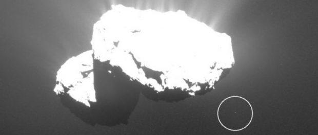 Странный спутник возле кометы Чурюмова-Герасименко