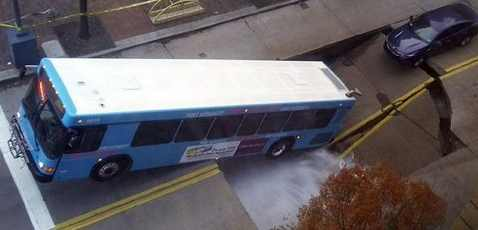 В Питтсбурге в полость в земле упал целый автобус