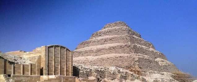 Ступенчатая пирамида Джосера  Ступенчатая пирамида Джосера в Саккаре в Гизе. Фото Мариам Мохамед Камаль CC SA-3.0