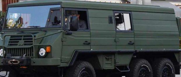 Арнольда Шварценеггера заметили на военном автомобиле