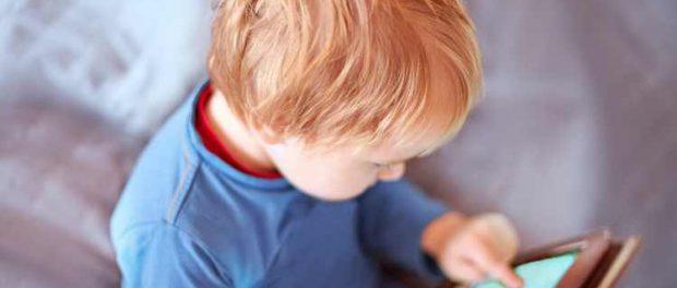 Большое количество экранного времени начинается еще в младенчестве