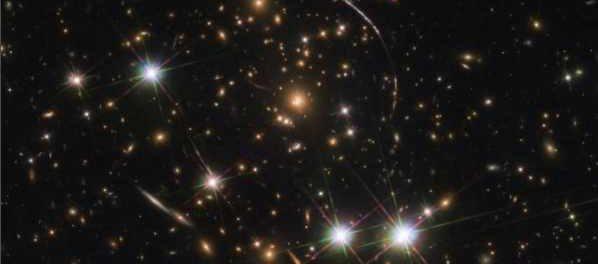 Хаббл захватил дюжину двойников дуги солнечных лучей