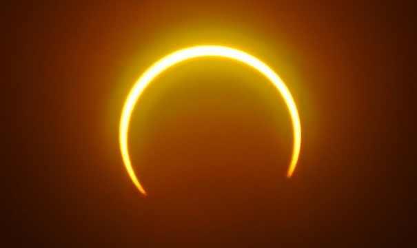 Солнечное затмение, как видно из острова Балут, Минданао, Филиппины.