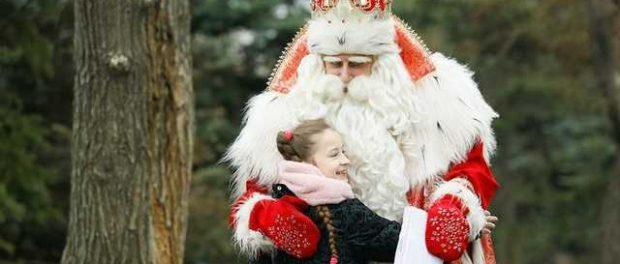 Из-за конфет в театре дети чуть не убили Деда Мороза