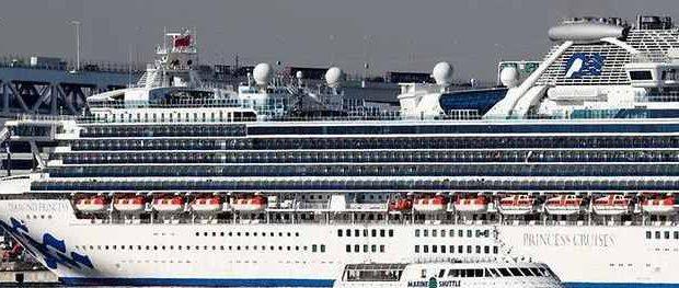 Разложение круизного лайнера в Японии началось