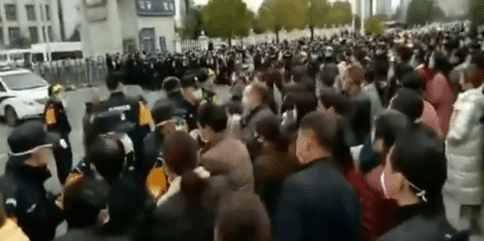 Китайцы штурмуют банки из-за коронавируса: новые ролики