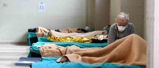 Сovid-19: люди в Италии сидят с умершими телами