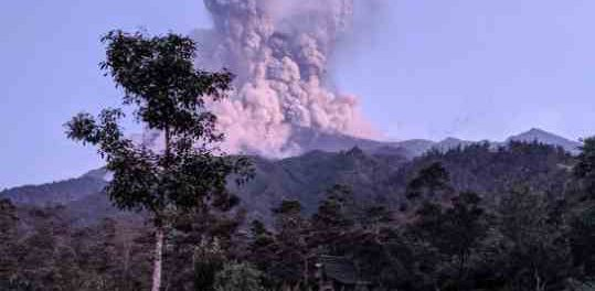 Извержение вулкана закрывает аэропорт в Индонезии