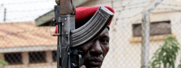 200 голых заключенных бегают по всей Уганде