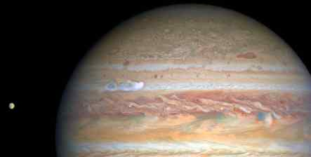 Хаблл застал мощную бурю на Юпитере