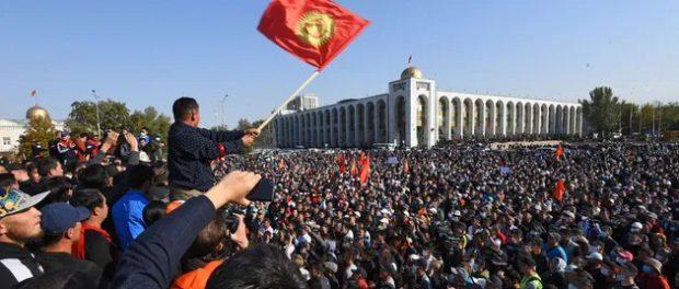 В Киргизии опять слетелась толпа народу