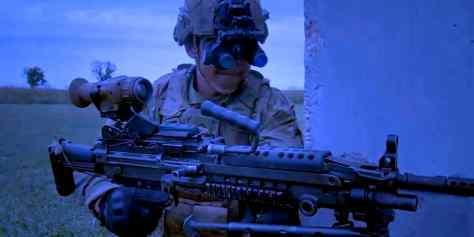 Новые армейские очки ночного видения позволяют солдатам оглядываться по сторонам