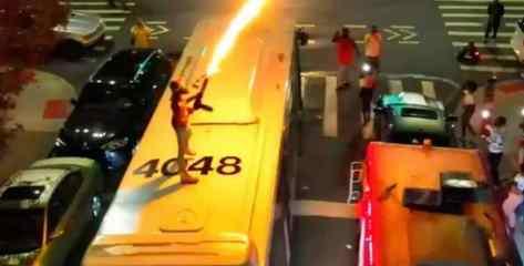 Мужчина стрелял из огнемета на крыше автобуса в Нью-Йорке